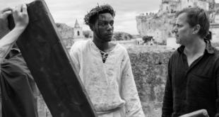 Le metteur en scène bernois Milo Rau brandit son Jésus noir