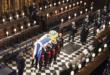 Le cercueil du prince Philip est descendu dans le caveau royal.. Vidéo